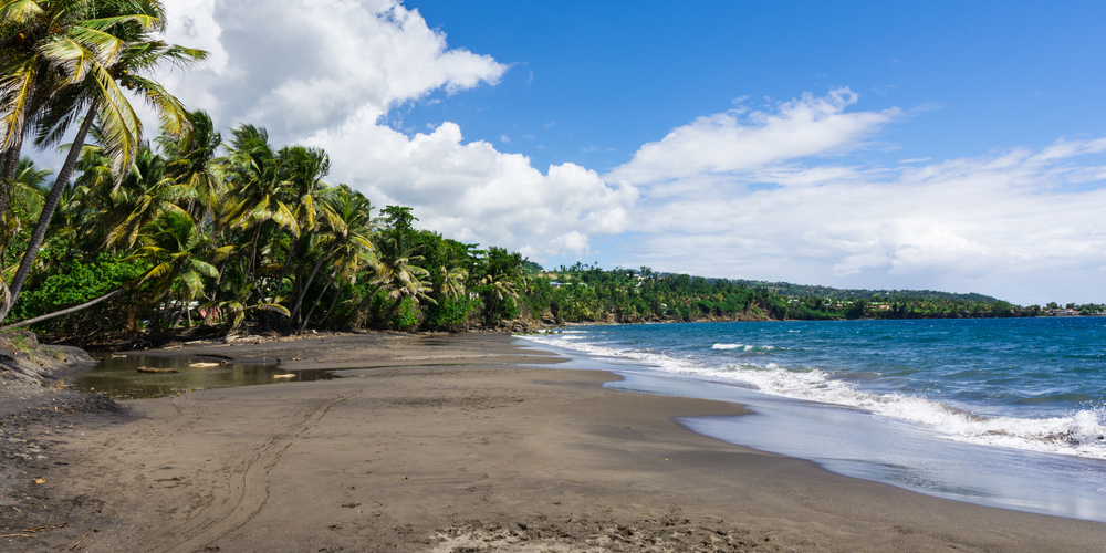 plage de sable noir guadeloupe bouillante
